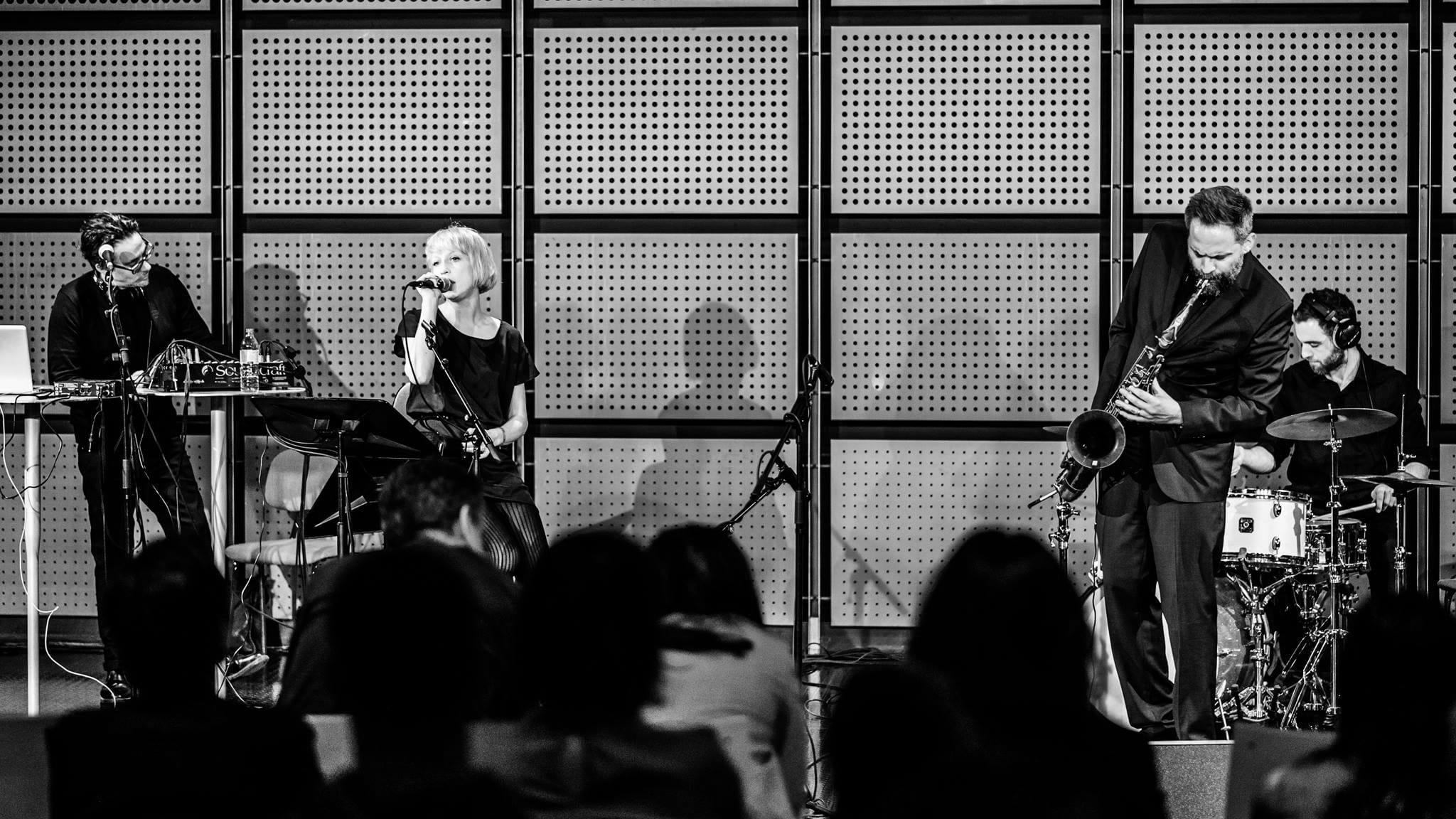 Ulrich Drechsler spielt mit Saxofon auf der Bühne